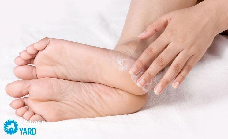 Шелушится и трескается кожа на пальцах ног и ступнях: причины