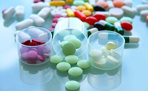 Разноцветные таблетки в стаканчиках