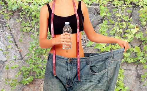 Стройная девушка в огромных штанах