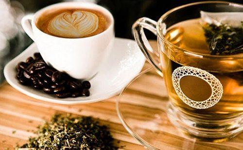 Чашка кофе и стакан чая на столе