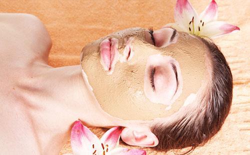 Дрожжевая маска на лице у девушки