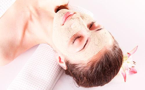 Коричневая маска на лице