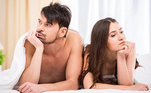Мужчина и женщина, которые не смотрят друг на друга