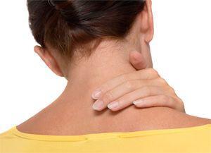 Женщина трогает больную шею