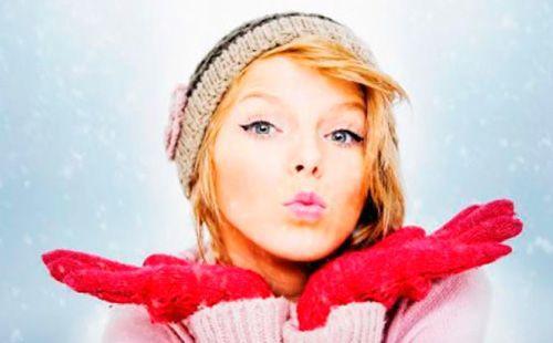 Девушка зимой строит губки