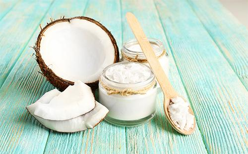 Кокосовое масло и половина кокоса