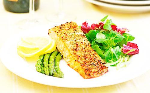 Кусочек рыбы на тарелке