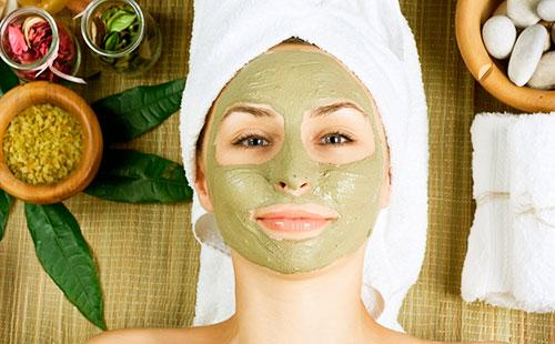 Зеленая маска на лице
