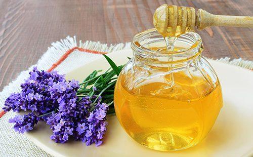 Баночка мёда и веточка душистой лаванды