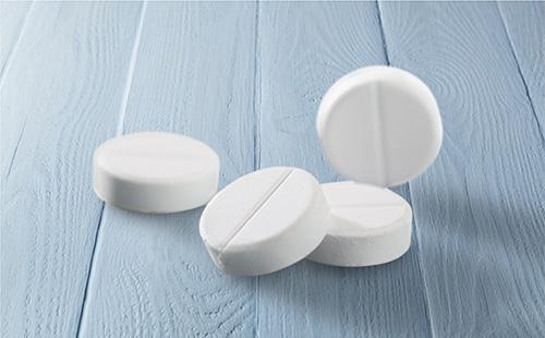 Белые таблетки на столе