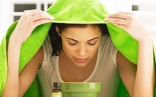 Любительница зелёного цвета распаривает кожу лица