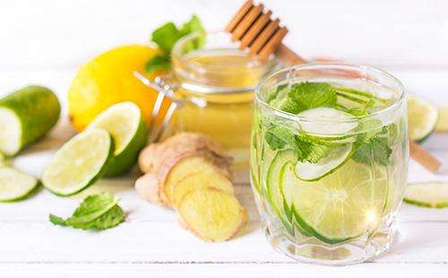 Вода сасси с медом, имбирем, лимоном и огурцом