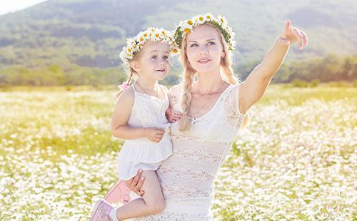 Мама с дочкой в венках из ромашки