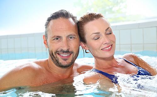 Семейная пара в бассейне