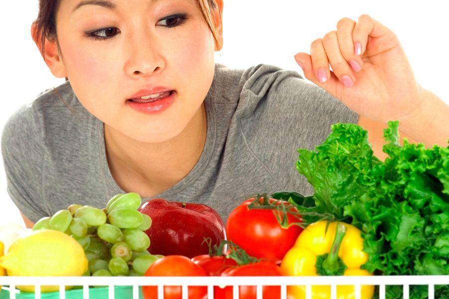Японка выбирает овощи
